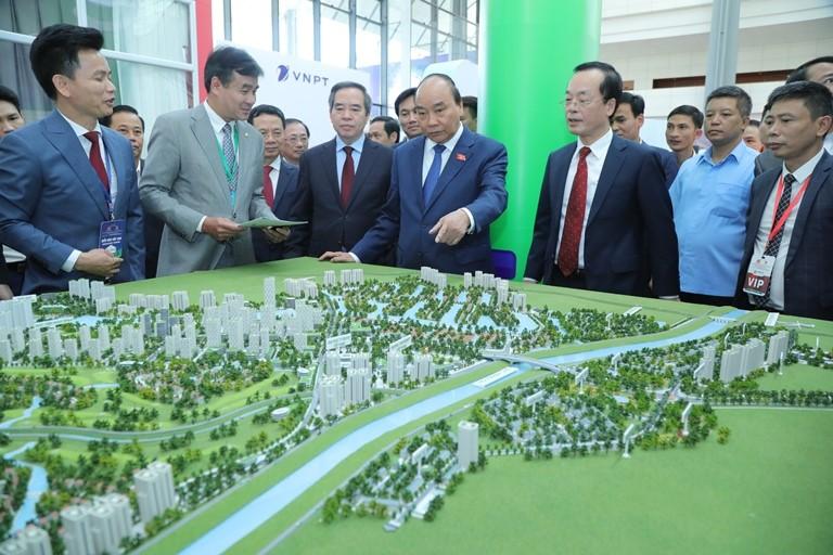 Thủ tướng Nguyễn Xuân Phúc thăm gian trưng bày mô hình khu đô thị thông minh tại sự kiện