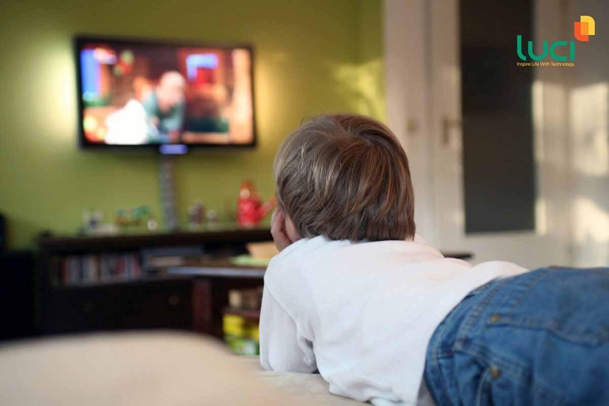Không ít trẻ em lén lút xem tivi khi không được sự cho phép của bố mẹ